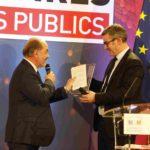 Pierre-Marie Vidal, directeur des Acteurs Publics, remet le prix coup de cœur de la rédaction pour Campagnol.fr